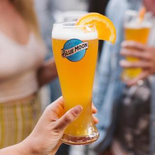Beer & an orange slice?! Who'd have thought it?  Have you tried your Blue Moon with an orange slice? It is perfect!  #BlueMoon #Beer #CraftBeer #ArtfullyCrafted #BlueMoonBeerUK  Please Drink Responsibly