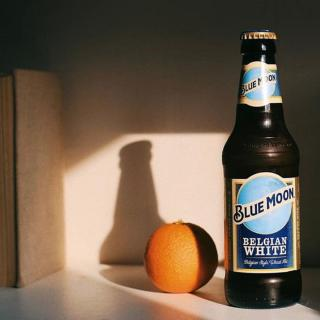The perfect match 🍺 + 🍊  📸: @davidswailes  #BlueMoon #Beer #CraftBeer #ArtfullyCrafted #BlueMoonBeerUK  Please Drink Responsibly