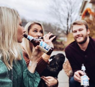 Here's to friends who share your good taste in beer. . . . 📸: @claudiahoyser