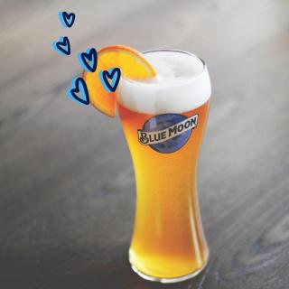 Perfect pairings are hard to come by… our Belgian White beer served with an orange slice couldn't be any more made for each other this Valentine's Day 🍊💙  Tag the orange slice to your Blue Moon below…  #HappyValentines #ValentinesDay #BlueMoonBeerUK #CraftBeer   Please Drink Responsibly.