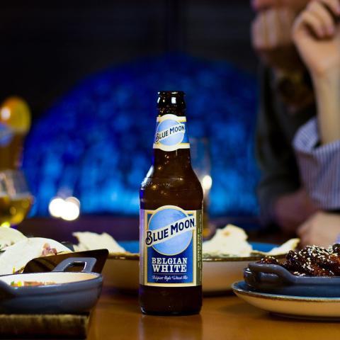 Aquí está nuestra preferida, la clásica, la inconfundible Belgian White 🍺 ¿Cuál es tu sabor favorito? Echa un vistazo a nuestra carpeta destacada Delivery 🛵💨 y pide ese sabor que añoras 😌 Pronto tendremos el placer de servirlas en barra, al estilo de siempre 😉 . . . #Bluemoon #Bluemoonspain #bluemoontaphouse #bluemoongastronomy #delivery #takeaway #servicioadomicilio #Madrid #España #gastronomia #artfullycrafted #cerveza #cervezaartesanal #beerlover #beerstagram #craftbeer #beer #craftbeerlovers #brewery #beerpairing