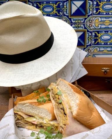 💥 🅽 🆄 🅴 🆅 🅾 Te presentamos al 𝔾 𝕌 𝔸 ℙ 𝕆  𝕊 𝔸 ℕ 𝔻 𝕐  el Cubano que hará que tu paladar se llene de sabor y energía, ¡caballero! $14.00 (Puedes acompañarlo con unas curly fries, sweet potatos fries, yuca o ensalada), -Elegir una opción. Y si le agregas tu #BlueMoon favorita por solo $13.00 (botella de 25oz), la cosa sale mejor. . . .  D E L I V E R Y - P E D I D O S (área metropolitana) ➡️ 6322.5655 ➡️ LUNES A DOMINGO ➡️ 12md a 8pm . . . #BlueMoonTapHouse #BlueMoonPanamá #BlueMoonDelivery #BlueMoonBrewingCo #artfullycrafted #BlueMoonRino #ElGuapoSandy #SandwichCubano #Delivery #Foodie #🍺