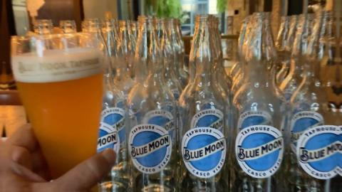 🍺 Los martes, ¡Se vale! ¿Ya pediste la tuya? BOTELLA de 25oz $13.00 . . . D E L I V E R Y - P E D I D O S (área metropolitana) ➡️ 6322.5655 ➡️ LUNES A DOMINGO ➡️ 12md a 8pm . . . #BlueMoonTapHouse #BlueMoonPanamá #BlueMoonDelivery #BlueMoonBrewingCo #artfullycrafted #BlueMoonRino #Foodie #Beers  #🍺
