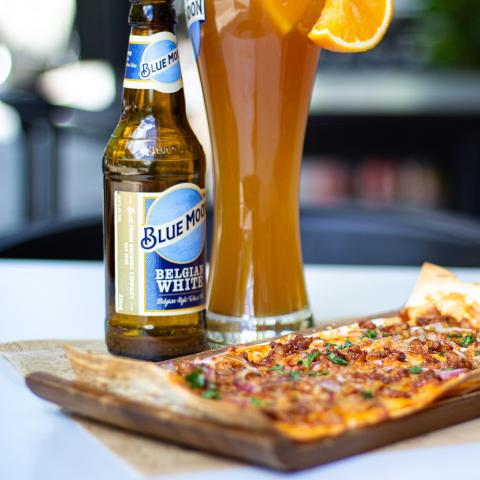 Belgian White 🍺 + Pizza Wrap Pulled 🍕 con base de trigo, mezcla de quesos y pulled pork mexican style + terracita ☀️ = Felicidad 😊 . . . #Bluemoon #Bluemoonspain #Bluemoontaphouse #Bluemoongastronomy #pizza #baresmadrid #terrazasmadrid #Madrid #España #gastronomía #artfullycrafted #cerveza #cervezaartesanal #beerlover #beerstagram #craftbeer #beer #craftbeerlovers #brewery #beerpairing