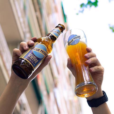 Las tardes en Blue Moon siempre son las mejores ✌🏻 Tenemos terraza y platos nuevos en carta ¡El match perfecto! 😁 . . . #Bluemoon #Bluemoonspain #Bluemoontaphouse #Bluemoongastronomy #baresmadrid #terrazasmadrid #Madrid #España #gastronomía #artfullycrafted #cerveza #cervezaartesanal #beerlover #beerstagram #craftbeer #beer #craftbeerlovers #brewery #beerpairing