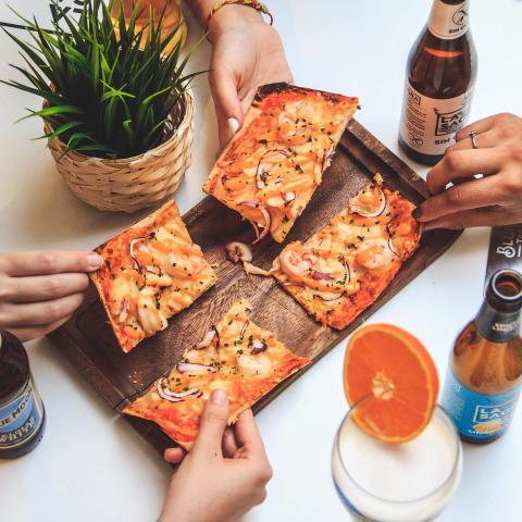 Nosotros lo tenemos claro 😏 El plan de jueves perfecto es 👉🏻 Cubo de birras Blue Moon o La Sagra 🍺 y casi pizza de pescado 🍕 mientras terraceas con los colegas 😎✌🏻 ¿Cúal es tu plan perfecto para hoy? . . . . #Bluemoon #Bluemoonspain #bluemoontaphouse #bluemoongastronomy #baresmadrid #madrid #gastronomía #terrazasmadrid #terrazasconencanto #artfullycrafted #cerveza #cervezaartesanal #beerlover #beerstagram #craftbeer #beer #craftbeerlovers #brewery #beerpairing