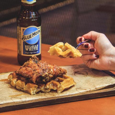 Para los #wafflelovers esta maravilla os está esperando 😋 Chicken Waffle y nuestra clásica para dar pistoletazo al fin de semana 🥰  . . . . #Bluemoon #Bluemoonspain #bluemoontaphouse #bluemoongastronomy #baresmadrid #madrid #waffle #gastronomía #terrazasmadrid #terrazasconencanto #artfullycrafted #cerveza #cervezaartesanal #beerlover #beerstagram #craftbeer #beer #craftbeerlovers #brewery #beerpairing