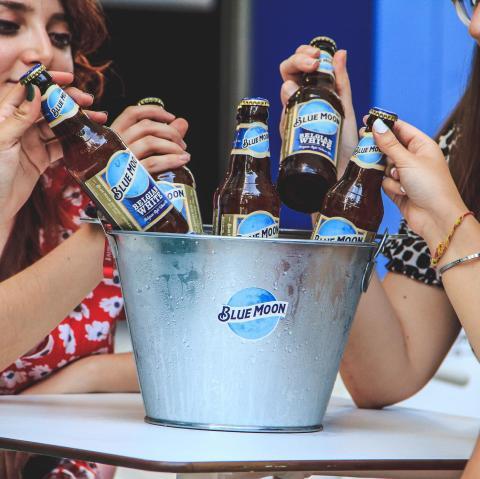 ¿Todavía no te has enterado de la promo de nuestros cubos en el Tap House Vallehermoso? ¡Elige el tuyo! 😃  o  5 Bohemias por 6€  o  4 Bohemias + ½ Pats Vall. Por 6€  o  6 Blue Moon por 9€  o  4 Blue Moon + ½ Nachos por 9€  o  6 Bohemias + 1 Pats Vall. Por 12€  o  6 Blue Moon + 1 Nachos por 15€ . . . . #Bluemoon #Bluemoonspain #bluemoontaphouse #bluemoongastronomy #baresmadrid #madrid #gastronomía #terrazasmadrid #terrazasconencanto #artfullycrafted #cerveza #cervezaartesanal #beerlover #beerstagram #craftbeer #beer #craftbeerlovers #brewery #beerpairing