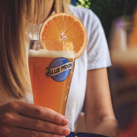 ¡¡Nuestra cerveza artesana Blue Moon Belgian White os está esperando!!! 🍻Ya sabéis que si os pedís una, la segunda os sale gratis ⚠️😎 Mencionad en los comentarios a esas personas con las que estáis deseando iros de cañas 👇🏼  . . . #Bluemoon #Bluemoonspain #bluemoontaphouse #bluemoongastronomy #baresmadrid #madrid #gastronomía #artfullycrafted #cerveza #cervezaartesanal #beerlover #beerstagram #craftbeer #beer #craftbeerlovers #brewery #beerpairing