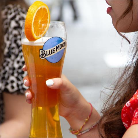 Recordad que en Blue Moon TapHouse (calle San Francisco de Sales) podéis venir con un amigo y pediros dos Blue Moon Belgian White para que una os salga gratis!!  .  .  . .  #Bluemoon #Bluemoonspain #Bluemoontaphouse #delivery #deliveryfood #deliveryservice #baresmadrid #terrazasmadrid #Madrid #España #gastronomía #artfullycrafted #cerveza #cervezaartesanal #beerlover #beerstagram #craftbeer #beer #craftbeerlovers #brewery #beerpairing #comida