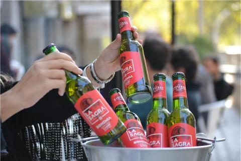 Acordaos de que la promo de los cubos sigue en curso!!!!!!   • 5 La Sagra Bohemia por 6€ 😱 Relájate con tus amigos, unas buenas cervezas y la mejor comida como acompañamiento 🤪   #Bluemoon #Bluemoonspain #Bluemoontaphouse #delivery #deliveryfood #deliveryservice #baresmadrid #terrazasmadrid #Madrid #España #gastronomía #artfullycrafted #cerveza #cervezaartesanal #beerlover #beerstagram #craftbeer #beer #craftbeerlovers #brewery #beerpairing #comida