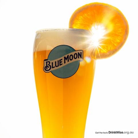 🍊 How to pour a perfect serve of Blue Moon at home 🍺  1. Roll the bottle to activate the unfiltered elements 2. Always served in a chilled glass 3. Pour half into the glass at a 45° angle 4. Swirl the bottle and gently pour the remaining beer 5. Cut a perfect slice of orange 6. Garnish on the lip of the glass